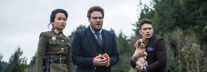 """Seth Rogen (M.) und James Franco spielen die Hauptrollen in """"The Interview""""."""