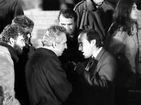 Der abgetretene und der neue Parteichef: Gysi diskutiert mit Egon Krenz am Rande einer SED-Kundgebung am 10. November 1989.