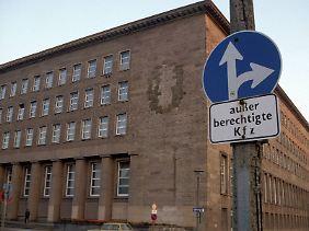 Das SED-Emblem am alten ZK-Gebäude ist entfernt worden.