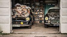 Unter den Autos sind echte Sammlerstücke. Verborgen unter Stapeln alter Zeitschriften steht etwa ein Ferrari 250 GT SWB California Spider, der einst Alain Delon gehörte. Daneben parkt ein Maserati A6G Gran Sport.