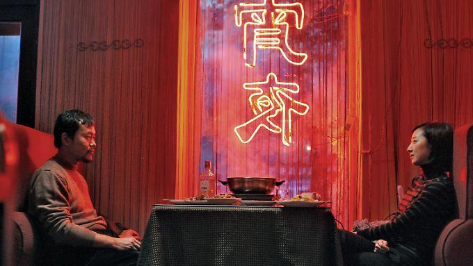 """""""Feuerwerk am helllichten Tage"""" lebt von seiner Atmosphäre, zu der auch das starke Farbenspiel beiträgt. (Szene mit Liao Fan und Gwei Lun-Mei)"""