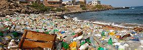 Ein Blick auf den Atlantikstrand von Ngor, Dakar, Senegal. Im Meer werden die Flaschen zu kleinsten Teilchen zerrieben.