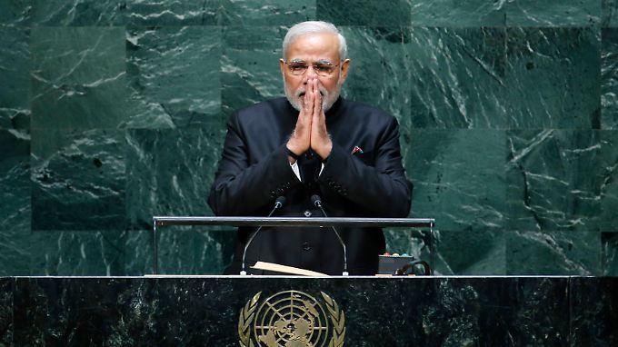 """Indiens Premier Narendra Modi überzeugt die Uno von den """"Vorteilen des Praktizierens von Yoga""""."""