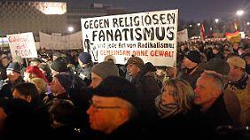 Zur letzten Pegida-Demo in Dresden kamen 10.000 Menschen.