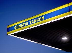 An der Tankstelle haben die Deutschen derzeit deutlich weniger zu berappen.