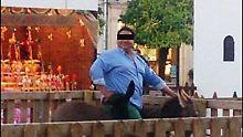 Dieser Mann setzte sich kurz auf das Tier, um für ein Foto zu posieren. Der noch junge Esel verendete in der Tierklinik.
