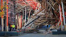 In Europas Kulturhauptstadt Mons: Gigantisches Holz-Kunstwerk stürzt ein