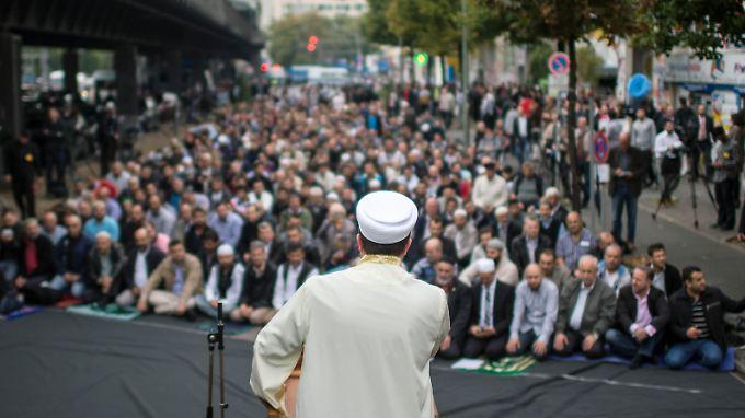 Muslime treffen sich in Berlin zum Freitagsgebet auf der Straße. Sie versuchen möglichst öffentlichkeitswirksam, verirrte Glaubensbrüder davon abzuhalten, sich dem IS anzuschließen.