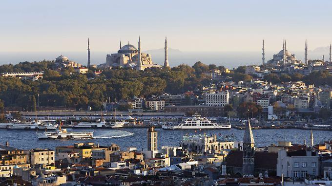 Die Hagia Sophia (links im Bild) war einst eine der größten Kirchen der Region. Ab 1453 war das Gebäude eine Moschee, seit 1931 ist es ein Museum.