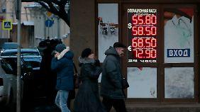 Vor einer Wechselstube in Moskau: Der Rubel-Verfall macht der russischen Wirtschaft zu schaffen.