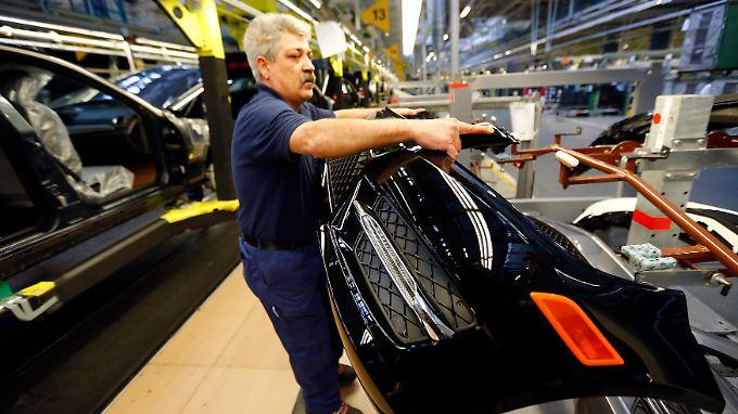 Daimler-Mitarbeiter in Sindelfingen: Die Angestellten stehen unter Verdacht.