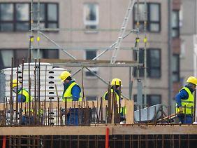 Wird auf dem Nachbargrundstück ein neues Haus errichtet, sind Anwohner dem Baulärm ausgesetzt. Dies kann eine Mietminderung rechtfertigen, wenn die Baumaßnahmen nicht absehbar waren.