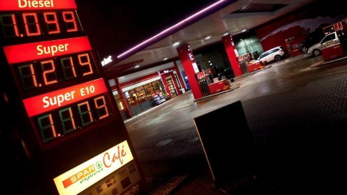 Mehr Freude als Ärger an der Tanksäule: In Folge der sinkenden Inflation wird die Energierechnung günstiger.