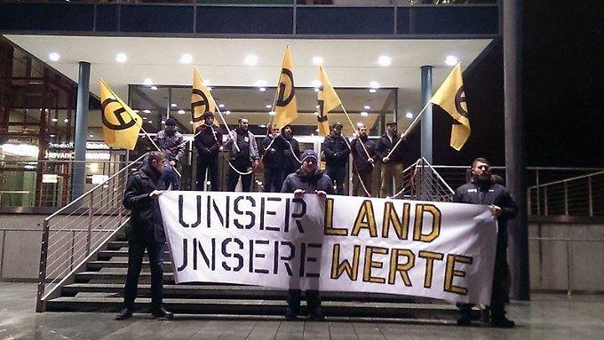 18 Personen hissten Transparente im sächsischen Landtag. Unter ihnen soll sich der bekannte Neonazi Tony G. befinden.