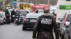 Nach Angaben der Polizei drangen mindestens zwei vermummte Männer mit einer Kalaschnikow und einem Raketenwerfer  bewaffnet in die Räume der Zeitung ein.
