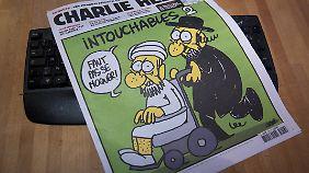 """Diese Titelseite der """"Charlie Hebdo"""" sorgte 2012 für Ärger. In der Karikatur schiebt ein orthodoxer Jude einen Muslim im Rollstuhl vor sich her. In Anspielung auf den gleichnamigen Kinofilm steht darüber: """"Ziemlich beste Freunde 2""""."""