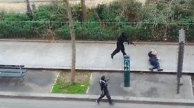 """Das jüngste Attentat vom Januar 2015 - Hier wird ein Polizist auf offener Straße hingerichtet. Zuvor hatten die 2 Täter mindestens 12 Redakteure des Satire-Magazins """"Charlie Hebdo"""" ermordet."""