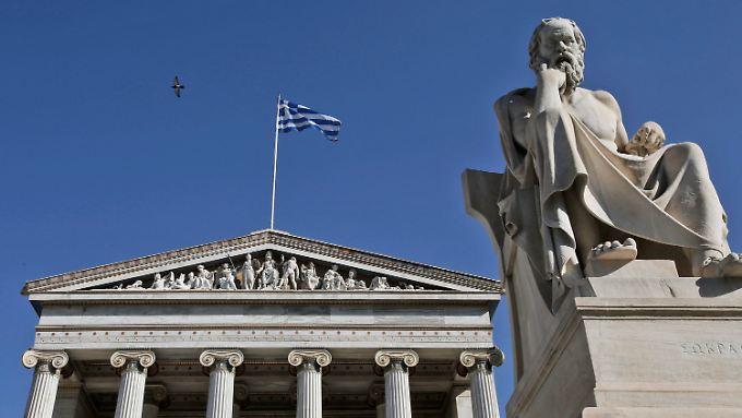 Socrates-Statue vor dem Gebäude der Akademie von Athen.