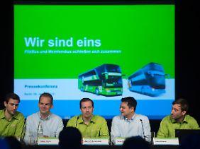 Die Geschäftsführer von MeinFernbus FlixBus, Jochen Engert, Torben Greve, Andre Schwämmlein, Panya Putsathit und Daniel Krauss (v.l.), auf der Pressekonferenz zur Unternehmensfusion.