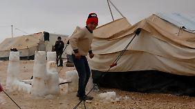 Auch im jordanischen Flachland blieb der Schnee liegen wie hier im Zaatari-Camp.