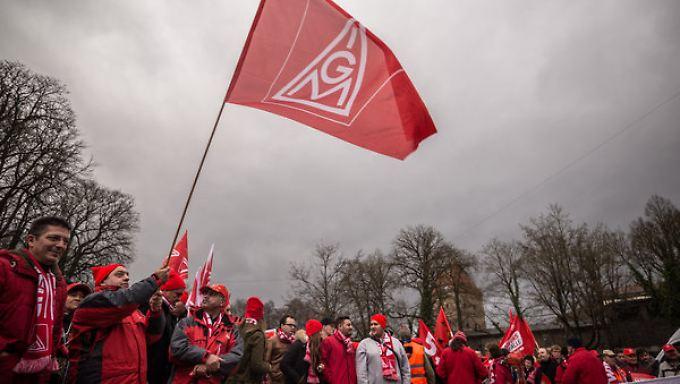 In Augsburg demonstrierten 2500 Metaller für mehr Lohn.