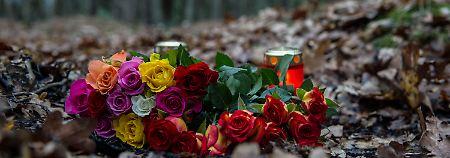 Den Tatort in einem Waldstück an der Bärenlauchstraße schmücken inzwischen Blumen und Kerzen.