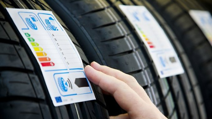 Das EU-Reifenlabel wurde im November 2012 verbindlich eingeführt und informiert über die drei Kriterien Kraftstoffeffizienz, Nasshaftung und externes Rollgeräusch.
