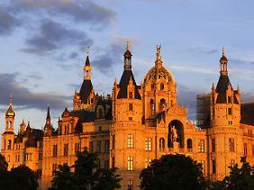 Der BUGA-Aufschwung war nicht zu halten: Das Schweriner Schloss während der sogenannten Blauen Stunde auf einer Insel im Burgsee.