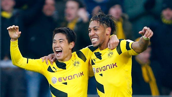 Schwarzgelber Torjubel: Shinji Kagawa und Pierre-Emerick Aubameyang feiern ein Tor gegen den SC Freiburg.