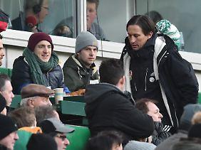 """Bayer-Coach Roger Schmidt erlebte wegen """"unflätigen vor sich hin Schimpfens"""" das Spielende auf der Tribüne."""