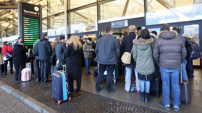 Zeitweise kamen die Reisenden nicht in das Hamburger Flughafengebäude rein.