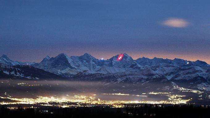 Lichtinstallation in den Schweizer Bergen.