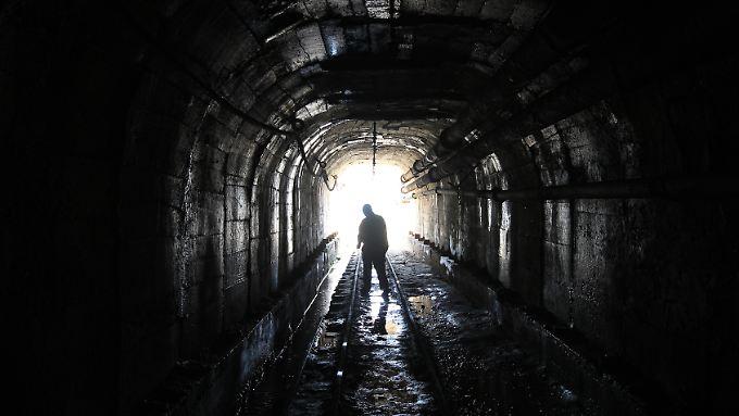 Ein Minenarbeiter in einer Kupfer- und Kobaltmine in Uganda.