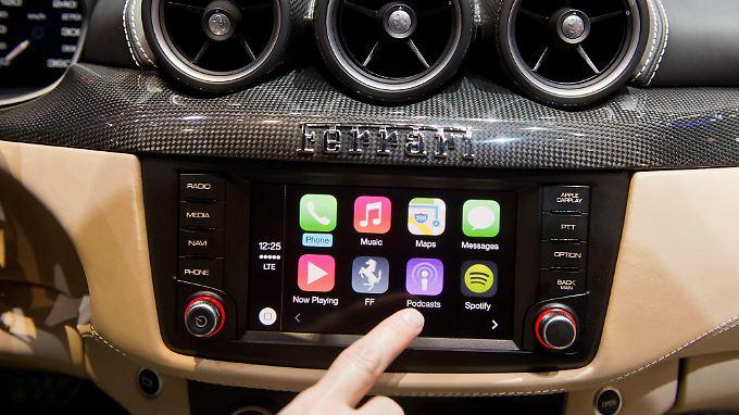 """Mit der Software """"Carplay"""" hat Apple in der Autobranche bereits einen Fuß in die Tür gesetzt."""