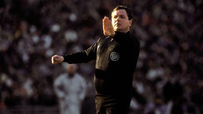 Schiedsrichter Wolf-Dieter Ahlenfelder hatte Glück, dass er in den 70er und 80er Jahren gepfiffen hat.