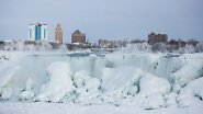 Dort wo sonst der Niagara River tosend in die Tiefe stürzt, falten sich nun bizarre Eisformationen auf.