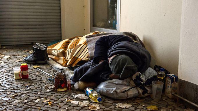 Ein Obdachloser in einem Berliner Hauseingang.