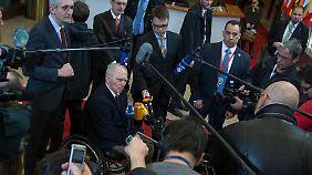 Schäuble wird bei seiner Ankunft umringt.