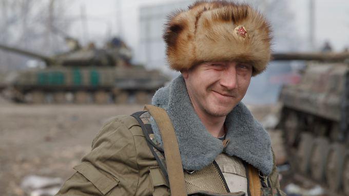 Klares Statement an der Mütze eines Rebellen in der eroberten Stadt Debalzewe.