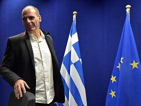 Yanis Varoufakis mit roter Linie am Kragen.
