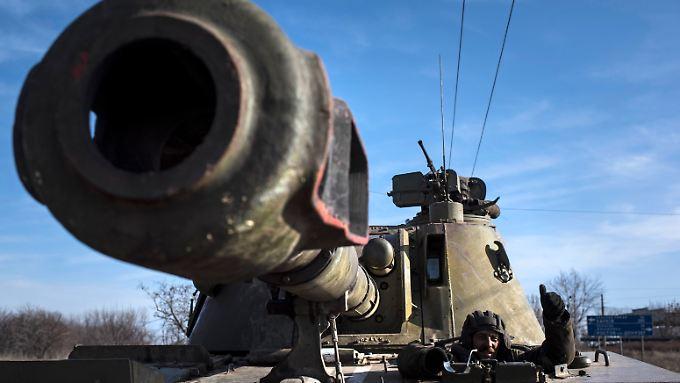 Ein ukrainischer Soldat auf einem Panzer im Osten des Landes.