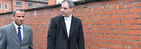 Sebastian Edathy und sein Anwalt Christian Noll verlassen nach Ende des ersten Prozesstages das Landgericht in Verden.