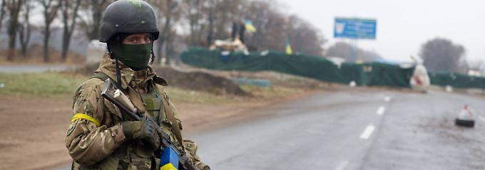 Ein ukrainischer Soldat sichert einen Checkpoint nahe Mariupol.