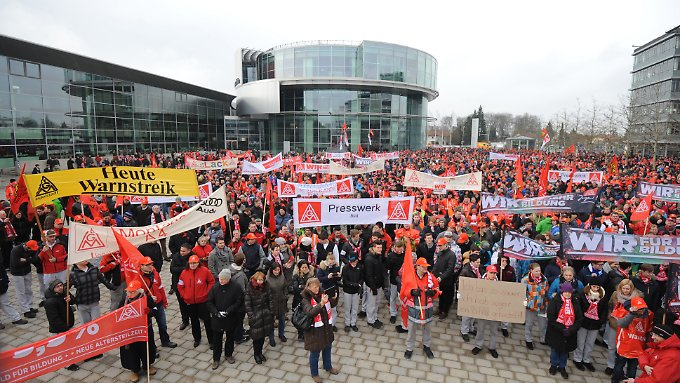 Pilotabschluss für 3,7 Millionen Beschäftigte: Unmittelbar vor Berginn der Verhandlungen nahmen tausende Metaller an Warnstreiks wie hier auf der Audi Piazza am Audi Forum in Ingolstadt teil.