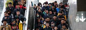 Erster Arbeitstag nach dem chinesischen Neujahrsfest in Peking: Am 25. Februar drängeln sich Pendler auf ihrem Weg zur Arbeit in den Nahverkehr der chinesischen Hauptstadt.