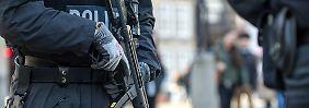 Durch Bremen patroullieren Polizisten mit Maschinenpistolen.