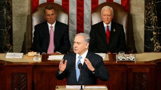 Von Beginn an umstritten: Israels Regierungschef Benjamin Netanjahu (M.) spricht auf Einladung von Mehrheitsführer John Boehner (l.) vor Abgeordneten und Senatoren aus beiden Kammern des US-Kongress.