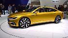 Wie der Nachfolger des Passat-Ablegers CC aussehen könnte, ist auf dem Stand von VW sichtbar. Das viertürige Sport Coupe Concept GTE wurde deutlich progressiver gestaltet als die sonst eher zurückhaltenden Wolfsburger-Modelle ...
