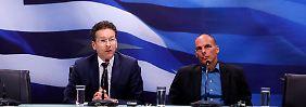 Denkwürdiger Auftritt: Ende Januar gab sich Yannis Varoufakis beim ersten Arbeitstreffen mit Dijsselbloem (l.) noch betont entspannt. Zur Verblüffung seiner Gesprächspartner hatte er nicht einmal ein Schriftstück vorbereitet.