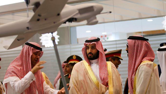 Hochgerüstete Region: Im Februar besuchte der saudische Verteidigungsminister, Prinz Mohammed bin Salman (M.), die Waffenmesse von Abu Dhabi.